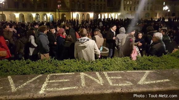 A la craie sur les murs, la Nuit debout de Metz invite le passant à se joindre aux débats.