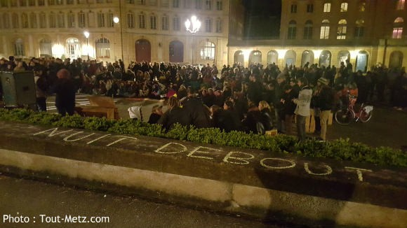 Nuit debout à Metz place de la comédie : la nuit est tombée, les dicsussions se poursuivent