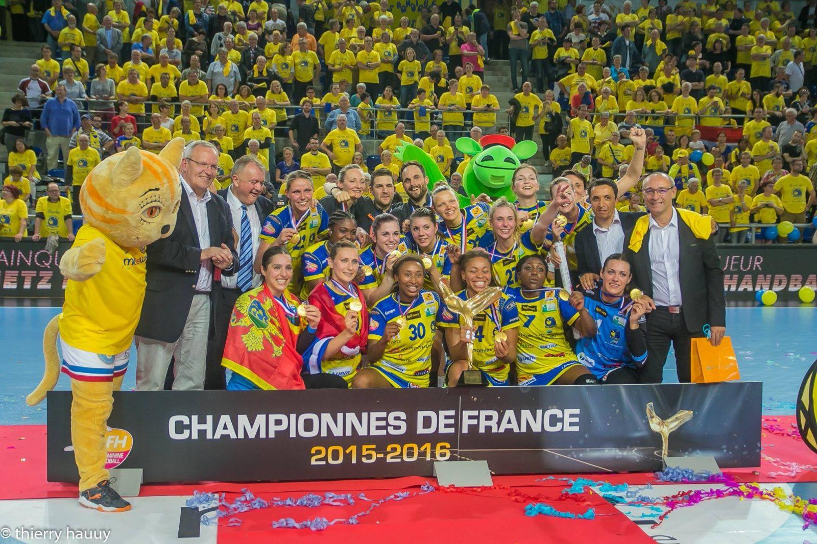 Les joueuses du Metz Handball défilent dans les rues de Metz