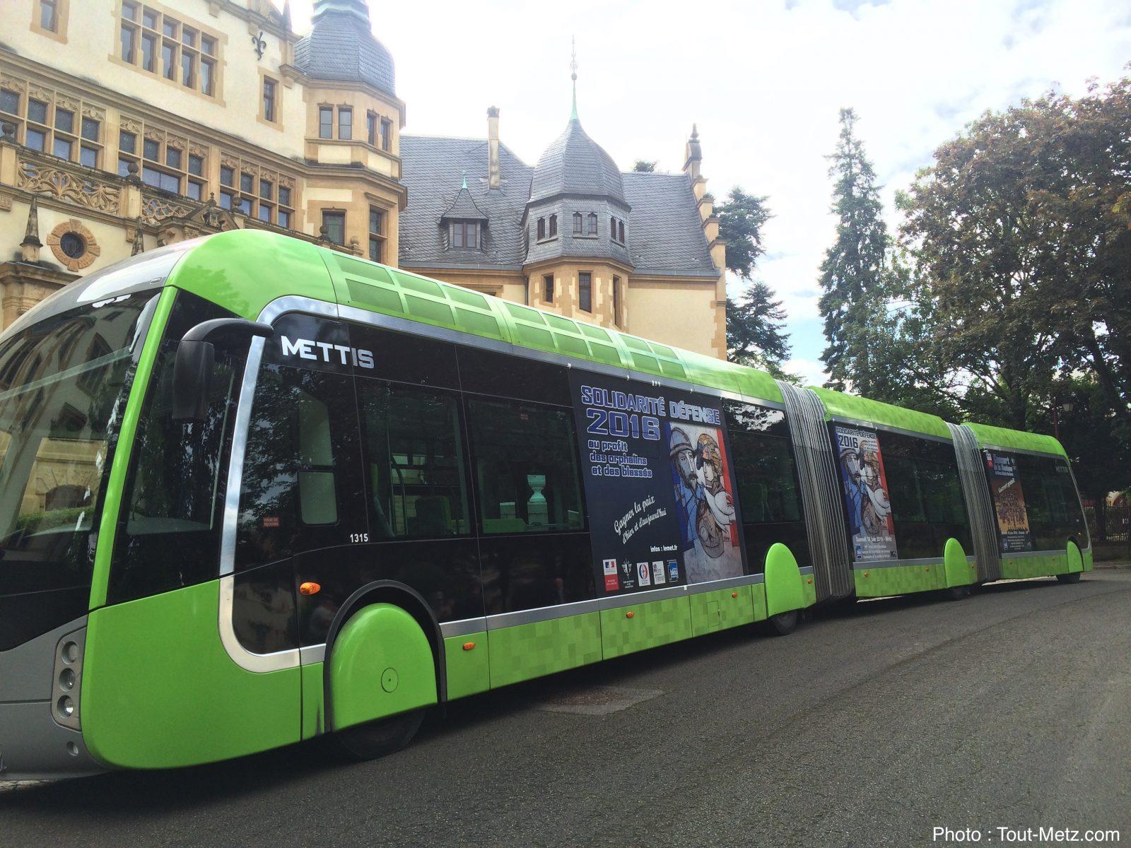 Photo de Un Mettis aux couleurs de l'Opération Solidarité dans les rues de Metz