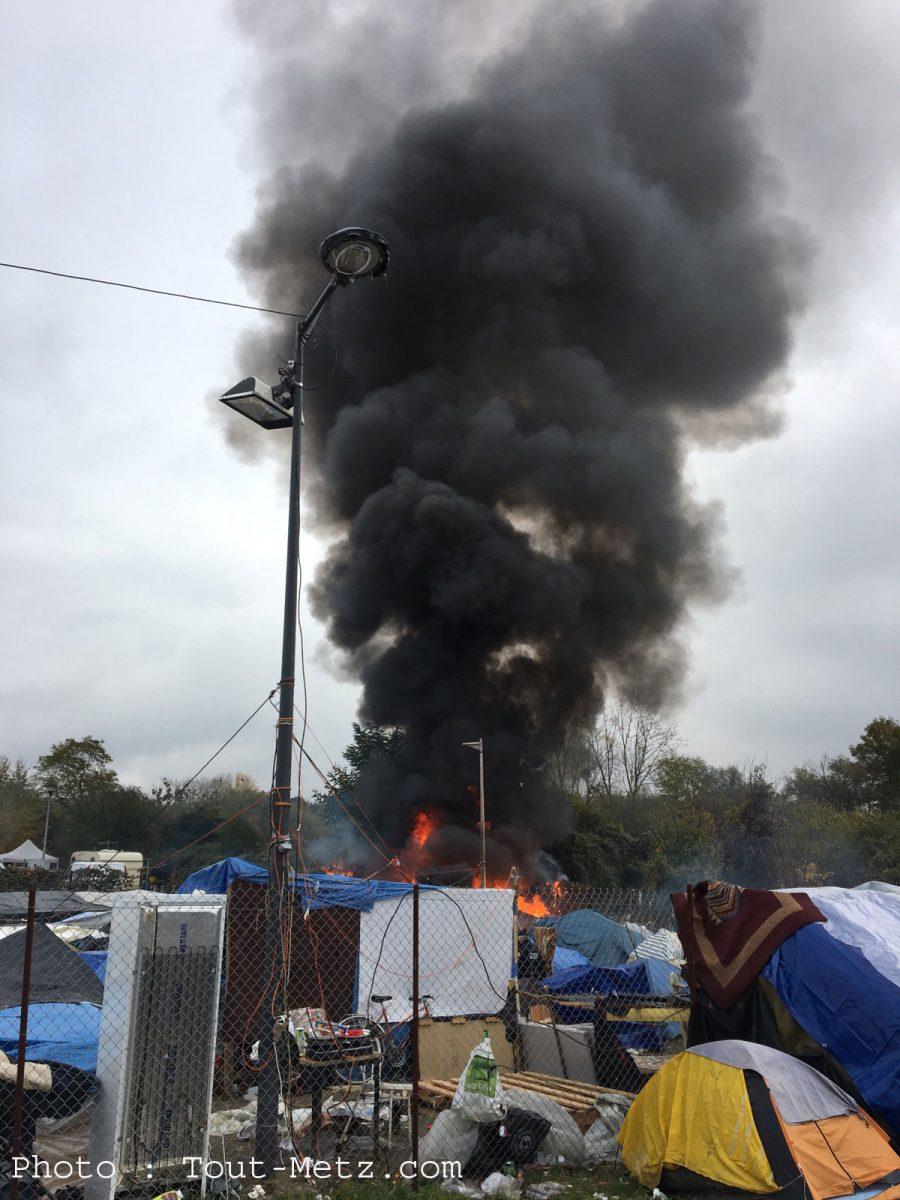 Incendie sur le camp de Blida à Metz : les pompiers sur place