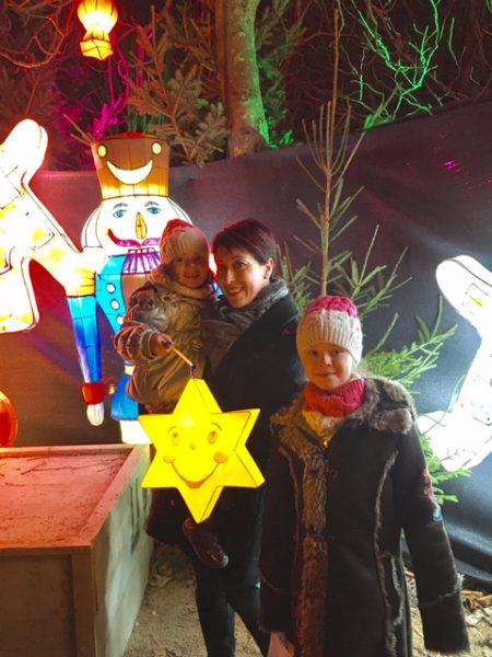 Pauline, accompagnée de sa maman et sa soeur à l'entrée du Sentier des lanternes - Photo CD57