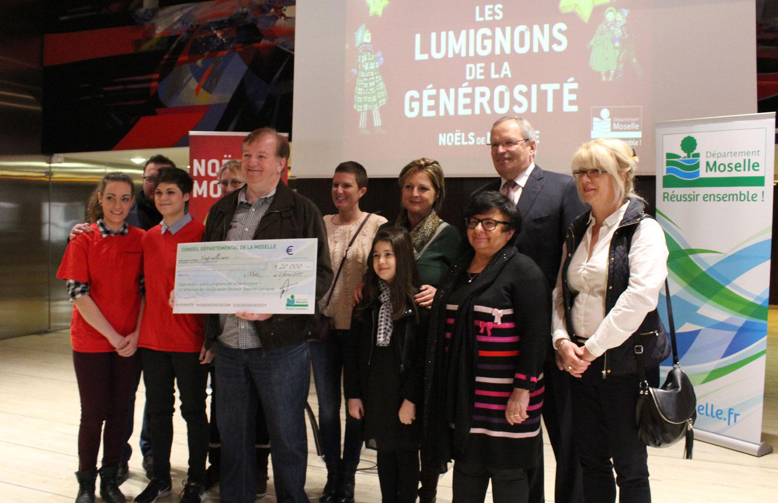 Le Sentier des Lanternes solidaires à Metz : un chèque pour l'association Docteur Sourire