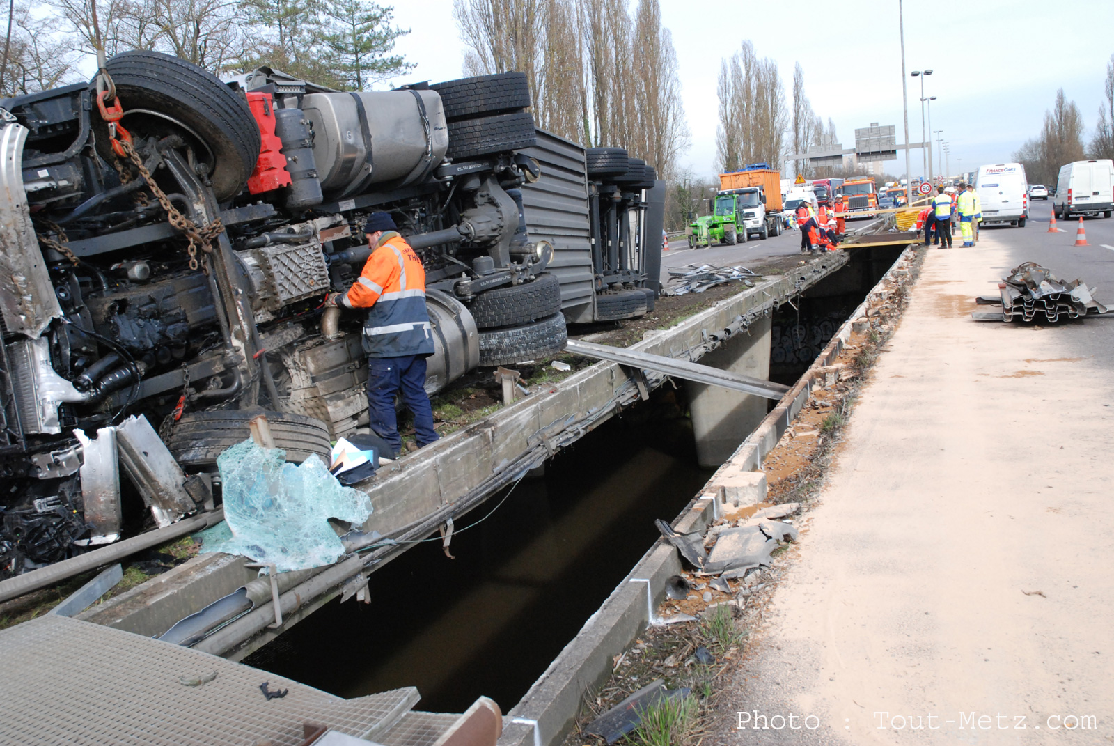 Retour en images sur l'accident de camion de l'A31 : la catastrophe a été évitée de peu