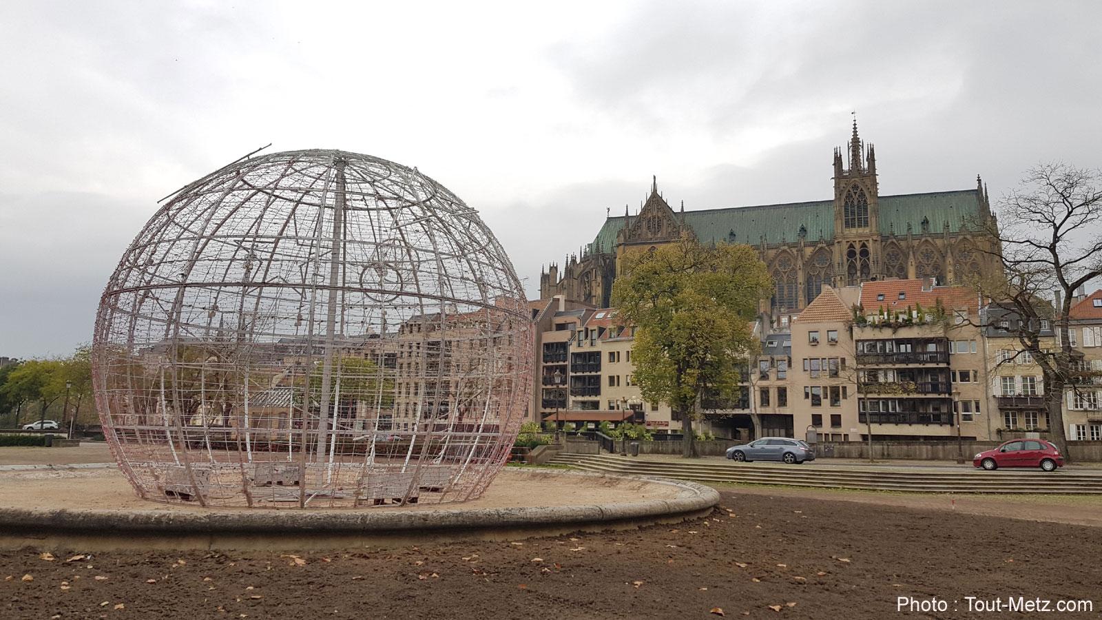 Metz : la boule de Noël de retour sur la place de la Comédie