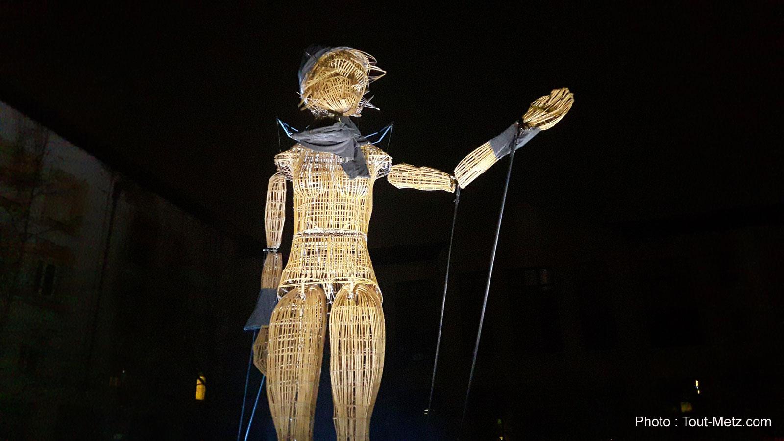 «Poussière d'étoiles» : un géant défile dans les rues de Montigny (vidéos et photos)