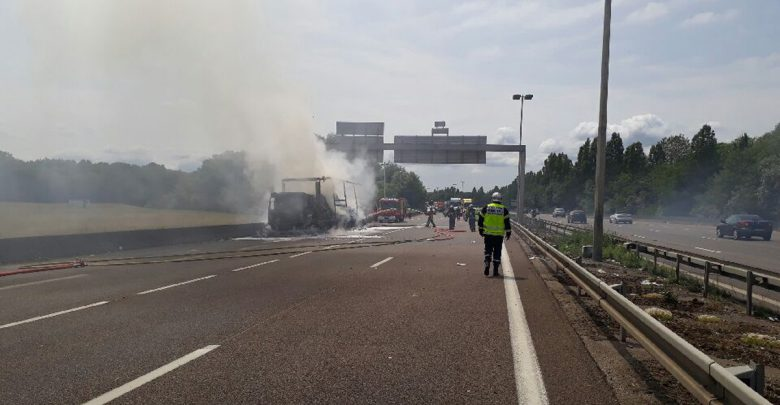 Photo de Camion chargé de papier toilette en feu sur l'A31 : autoroute fermée