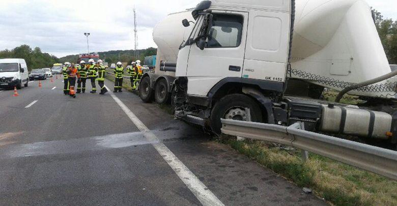 Photo of Camion encastré dans le terre-plein central sur l'A31 : perturbations à prévoir (photos)