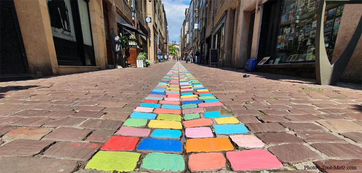 Photo of Metz : une rue aux pavés multicolores