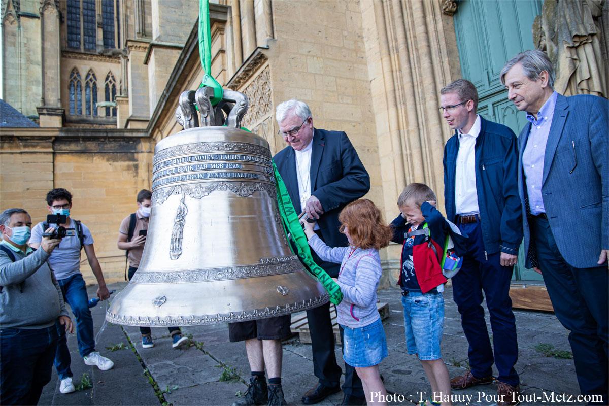 Photo de Metz : Paul, la nouvelle cloche de 500kg de la Cathédrale, est installé (vidéo)